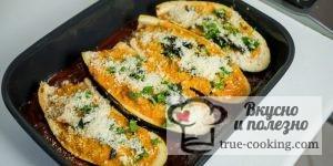 Посыпаем баклажаны сыром