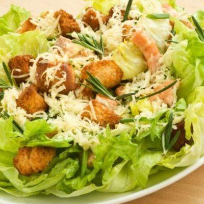 Салат цезарь с курицей и сухариками - классический рецепт с фото