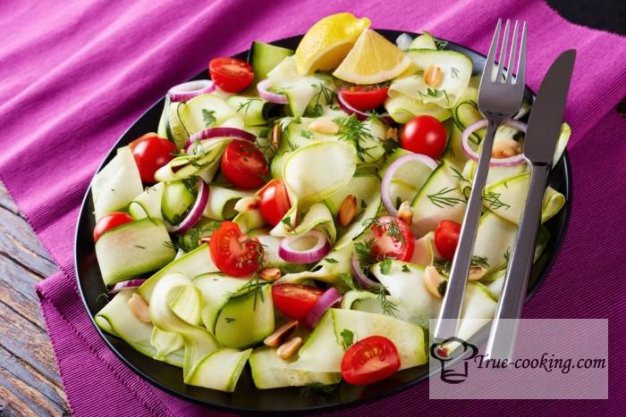 Салат с помидорами, цукини и мацареллой