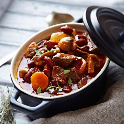 Говядина с овощами и грибами в красном вине