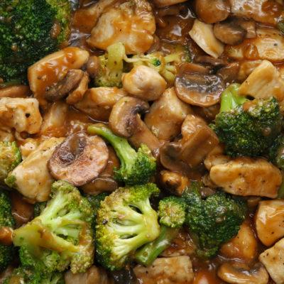 Оригинальное и очень вкусное куриное филе с грибами и брокколи в пикантном соусе станет отличным дополнением практически к любому гарниру