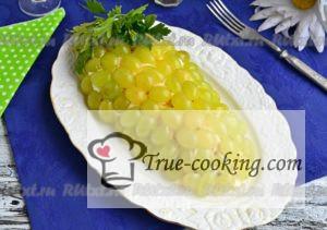 Салат с копченой курицей и виноградом