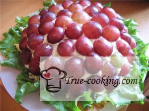 Салат скопченорй курицей и виноградом